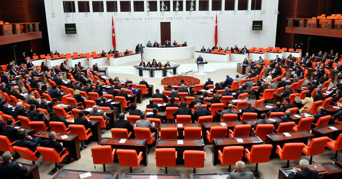 Turkish parliamentary session breaks following scuffle over presidential system 1
