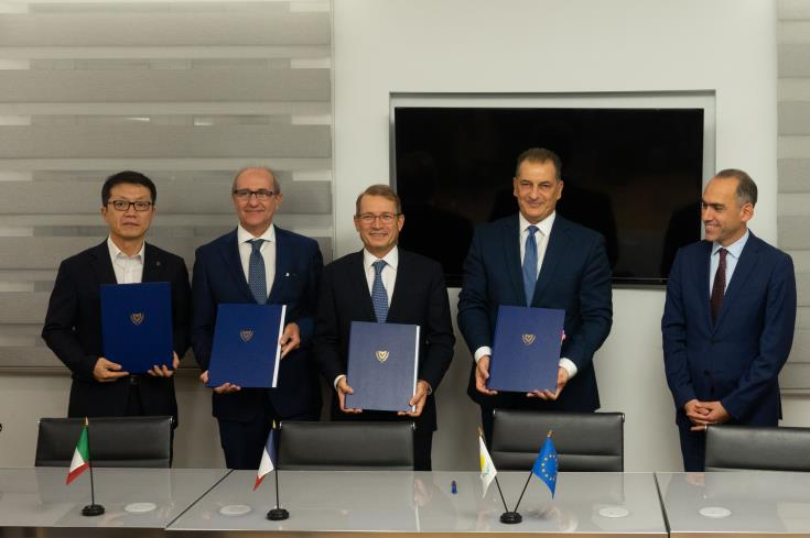 Cyprus signs contracts with Eni and Total on five blocks of its EEZ 1