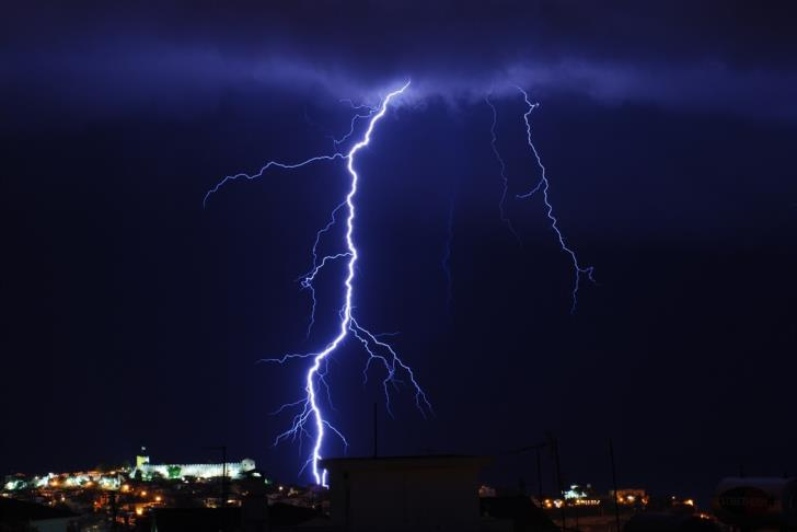 Two men injured by lightning, one in critical condition 1