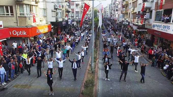2 Thousand people dancing zeybek (Video) 1