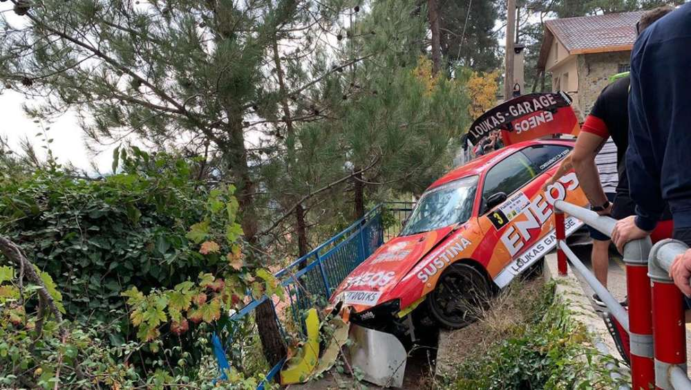 Toddler, father injured when rally car ploughs into spectators (video) 1