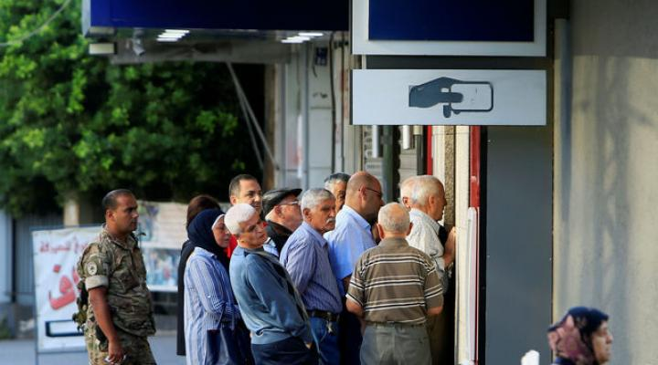Queues build at Lebanese banks reopening after one-week closure 2