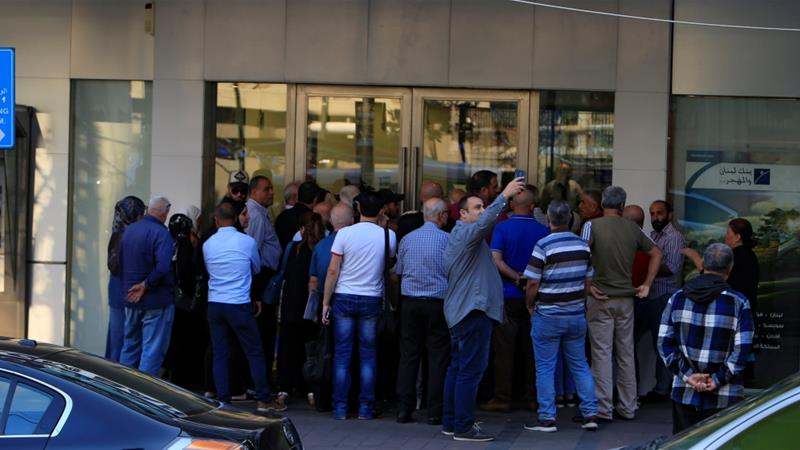 Queues build at Lebanese banks reopening after one-week closure 1