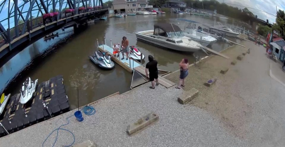 Guy Retrieves Woman's Lost Car Keys From the Water
